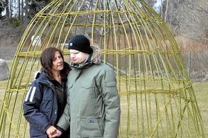 Naturbarn. Personerna med autism tycker om att vara ute i naturen. Vårdaren Lotta Karlsson tar med Fredrik Mogren på en promenad.