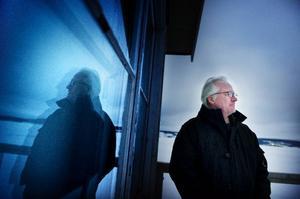 Nu ligger Storsjön frusen och istäckt under en gråmulen himmel. Men i augusti hoppas Olle Törnqvist på en solbelyst, spegelblank vattenyta att tuffa runt på för vägfärjan som ska utgöra spelplats för Estrad Norrs sommarpjäs.