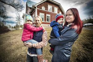 Familjen Svärdby utanför Jägmästarvillan i Ragunda stationssamhälle. Från vänster  My, Thorleif, Harry och Kjerstin Svärdby.
