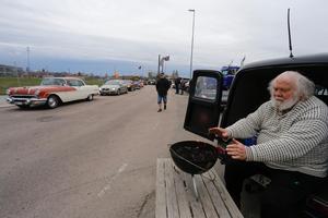 Bosse Lindqvist värmde sig med en liten brasa vid vägkanten. Sedan skulle han grilla korv. Foto: Lennye Osbeck