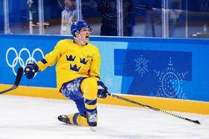 Patrik Zackrisson jublar efter sitt 2–1-mål mot Finland i OS. Leksand har haft kontakt med agenten och har visat sitt intresse om hans familj vill flytta hem. Foto: Joel Marklund/Bildbyrån.