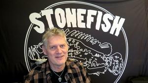Mats Westlund och hans Stonefish spelar på Järnvägskrogen.