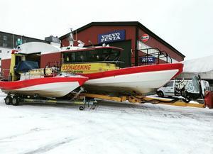 När jag efter min paddeltur häromdagen tar upp min kajak från Mälarens kalla vatten ser jag mycket förvånande Sjöräddningens två båtar inte i vattnet utan på land.