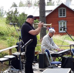 Lars Erik Öberg och Anders Hägglund spelar på hembygdens dag