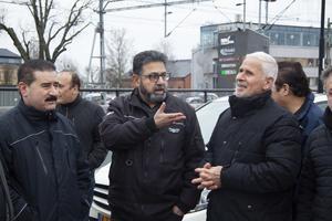 Hojaz Almadani (mitten) är upprörd över Jernhusens beslut att avgiftsbelägga taxibilarnas tidigare uppställningsplatser.