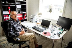 Conny Boström på sitt hemmakontor i huset i Hädanberg. Trots att han hunnit fylla 70 år jobbar han fortfarande, med redovisningar, bouppteckningar och annat administrativt åt enskilda och mindre företag.