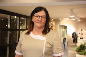 Anna Wihlstrand jobbar på Kompaniet i Skövde som medicinsk fotvårdsterapeut. Hon skolade om sig från jobbet som undersköterska.