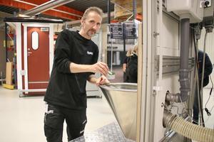 Ronny Säterås fick många gånger demonstrera hur Narq-toaletten fungerade. Den finns i fängelser, tullar och på flygplatser. Personalen använder denna toalett för att kunna separera svalt smuggelgods från avfall på ett säkert sätt.