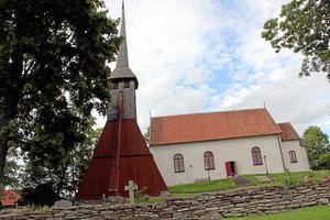 Forsby kyrka renoveras under sommaren med gamla metoder. På onsdag kan den som är nyfiken på byggnadsvård eller kyrkan följa arbetet. Foto: Angelica Gustafsson