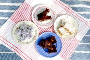 Bollar, brownies eller en bar fullproppad med bär, torkad frukt och nötter är ett perfekt tillbehör för en rawfood-picknick.