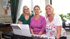 Esters röster har en bred repertoar, med grunden i en kyrklig repertoar, som de blandar med andra tongångar.