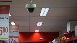 Flera matbutiker i Falun har både övervakningskameror och civilklädda vakter som säkerhetsförsäkring.