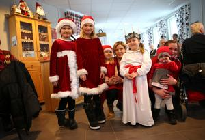 Lovelia, Nova, Moa, Elvira och Nova skapade julstämning för de äldre på Emmagården.