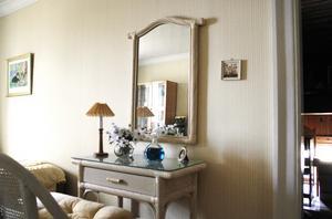 I ett av sovrummen på övervåningen har Lena Lindbergs mamma sin kammare.