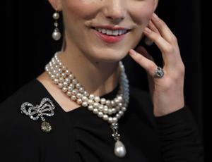 Pärlor, diamanter och en hårlock från Marie Antoinettes huvud ska auktioneras ut i november. Bild: AP Photo/Frank Augstein