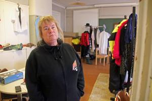 Eva Sjölander visar upp