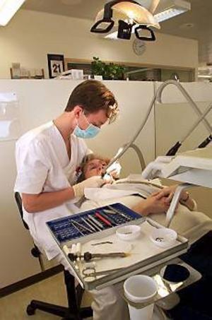 Nio tandläkare � varav ingen såvitt bekant är den på bilden � har anmälts till Socialstyrelsen för att ha dragit ut friska tänder på äldre patienter. Bill Carlsson i Gävle hör till de anmälda. Foto: ROLF ÖHMAN/SCANPIX