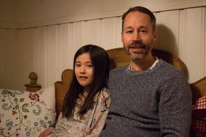 Patrik Holmgren med dottern Siri Olson. Han tyckte att det var att göra något efter att dörren till Godis-Britta blev sönderslagen.