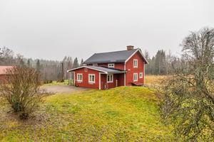 Rejäl hästgård med omgivningar av skog, sjö och natur. På fastigheten finns två stall med 10 boxar. Länsförsäkringar Fastighetsförmedling/Foto: Carina Heed.