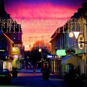 Vacker solnedgång mellan gågatans butiker. Foto: Anders Sjöqvist