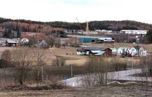 April 2007. Flera av gårdarna i östra Birsta fick rivas för att  ge plats för det nya handelsområdet – som fortfarande växer. 2006 togs det första spadtaget till bygget av Ica Maxi som öppnade i augusti 2007. I dag finns  Foto: Mårten Englin/Arkiv