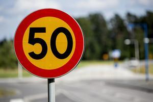 Låt det vara 50km/tim som lägsta hastighet, sedan kan man reglera hastigheten beroende på om det är skola eller förskola i närheten av trafikleden, skriver signaturen