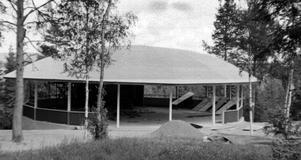 Det här gamla fotografiet, taget under bygget av den gamla dansbanan, visar hur byggnaden och inte minst taket såg ut.