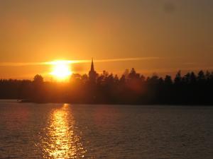 Solnedgången bakom Tyngsjö kyrka kan Per-Ola njuta av. Foto: Privat