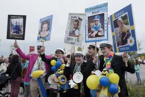 Grabbarna från Praktiska gymnasiet i Örnsköldsvik firar tillsammans.