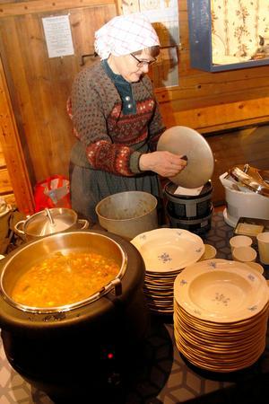 Svenska kyrkan var medarrangör, och Eva Jernqvist serverade soppa,  som en del i kyrkans fasteinsamling 2018.
