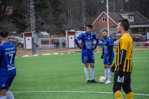Joakim Larsson och Viktor Hansson lägger upp planen inför en frispark som inte gav resultat.