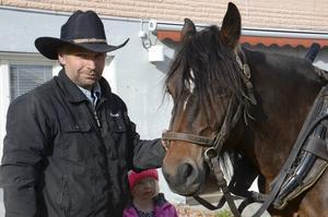 Thomas Lindell berättar att han redan som barn blev intresserad av att köra häst, efter att ha sett en film av Erik Eriksson om timmerkörning med häst.