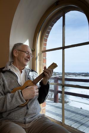 Thomas Allander sitter gärna i fönsternischen och tar en trudelutt på ukulelen.