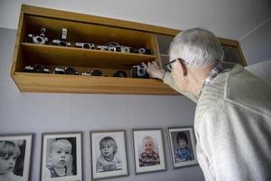 Ragnvald har sparat alla sina kameror i ett skåp på väggen.