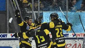 Med sina två mål under ordinarie tid blev VIK-kaptenen Fredrik Johansson den stora hjälten för VIK – trots att det sedan blev förlust i straffläggningen.  Foto: K-G Zahedi Fougstedt