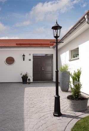 Entrén ger ett intryck av Skåelänga med vit puts och det speciella platta teglet på taket.