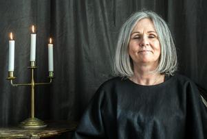 Ann-Charlotte håller också seanser där hon försätts i trans och helar människor. Dem minns hon själv ingenting av.