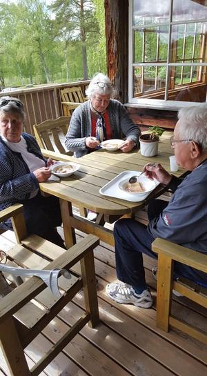 Gäster som fikar. Läsarbild: Petra Gahm.