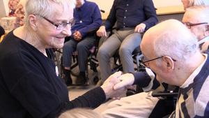 Anna-Greta Sandlund, 92, sjunger och gör rörelser med de äldre på Lindgården.