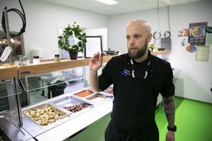 Joakim Rydell, köksansvarig, är mycket engagerad i att göra skolrestaurangen så inbjudande som möjligt.