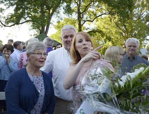 Centerns förra partiledare Maud Olofsson, partiets gruppledare och vice partiordförande Anders W Jonsson och Centerns nuvarande partiledare Annie Lööf efter Lööfs tal i Almedalen i somras. Tryggt och glatt.