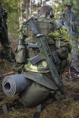 Utrustningen består bland annat av splittersäkert kroppsskydd, hjälm med maskering, skyddsglasögon, stridsväst med ammunition, vårdetui, förstaförbandskit, vätskesystem och kniv.