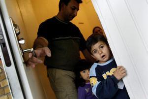 Vi går. Familjen Huseinovic stannar kvar i lägenheten, där de inte gör annat än väntar. –Jag vet inte ens vad vi väntar på längre, säger Kemal Huseinovic.