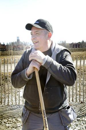 Yngve Persson är en av deltagarna i att bygga en två meter stor skithög.
