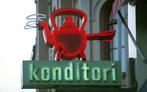 Den gamla neonskylten lyser fortfarande på Strandgatan.