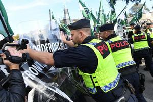 Det är kanske inte så kul att befinner sig bakom plastskölden. Roligare att ägna sig åt rasistskämt i stället. Foto Fredrik Sandberg / TT