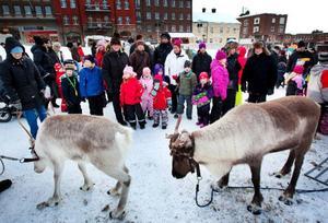 Inte bara tomten fanns på Stortorget och firade Julkul – även Storsjöodjuret Birger var på plats. Syskonen Cain Och Crisanna, 6 och 4 år gamla, passade på att få sig en kram.
