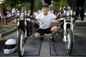 Sebastian de Wall från Sollefteå med sina egenbyggda dragrace mopeder.