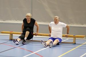 Carina Hjelm och Börje Granlund tränar överkroppen med den här bänkövningen.
