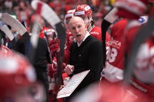 Fredrik Andersson i båset under tredje finalmatchen mot Leksand. Nu väntar en ny matchserie, i bäst av sju, mot Karlskrona. Foto: Pär Olert/Bildbyrån